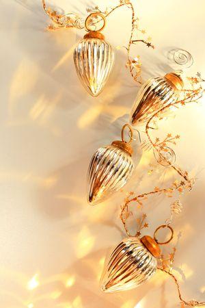 De vidrio con adornos brillantes reflejos dorados sobre fondo blanco