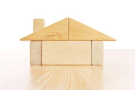 木製の床に木製のブロックからなされる家