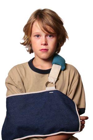 腕を骨折した悲しい少年がスリングを着ています。