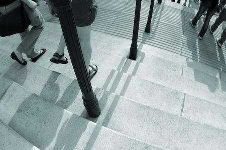 bajando escaleras: un cierre arriba de las personas est�n caminando por una escalera de hormig�n  Foto de archivo