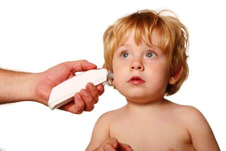 Cuadro aislado de un muchacho que consigue su temperatura tomada. Foto de archivo