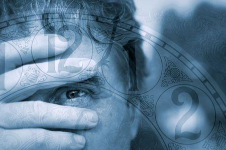 cronologia: A sirve miradas tentativo a trav�s de sus dedos mientras que marcha el tiempo encendido