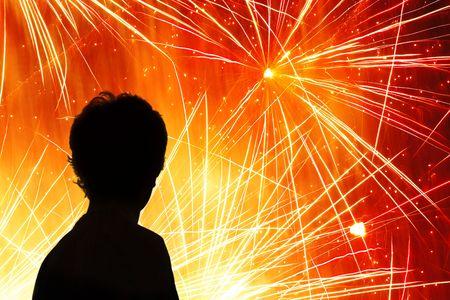 petardo: Silueta de un ni�o viendo un despliegue de fuegos artificiales