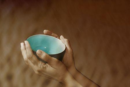 bol vide: Les mains tenant un bol vide symbolisant la pauvret� et veulent  Banque d'images
