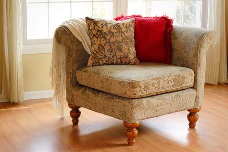 Decoratieve hoek arm stoel in een kamer door een raam