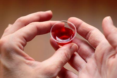 holy  symbol: Manos la celebraci�n de una comuni�n taza llena de vino