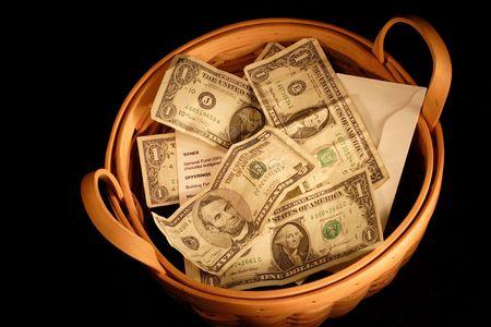 generosidad: Una canasta llena de dinero con muy dram�tica iluminaci�n  Foto de archivo