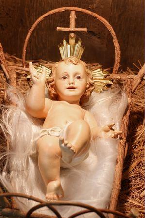 nacimiento de jesus: Anticuarios yeso Baby Jes�s en el Pesebre (closeup de una escena de Natividad)