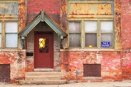 in disrepair: Una stretta di un edificio scolastico che � caduto in rovina a.