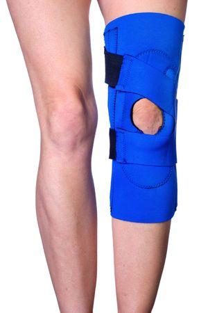 luxacion: Closeup de un WOMANS piernas con una rodilla en un cors� de protecci�n de rodilla