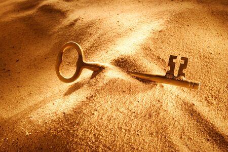 모래에 누워있는 오래된 열쇠