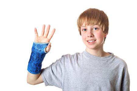 십대 소년 그의 캐스트가 제거 되려고하는 것이 행복하다.