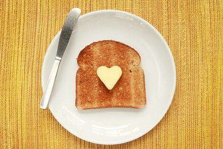 버터 모양의 하트 모양의 접시에 토스트 조각