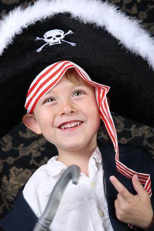 scoundrel: Sorridente ragazzo che indossa un costume da pirata  Archivio Fotografico