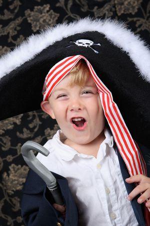 해적 의상을 입고 어린 소년