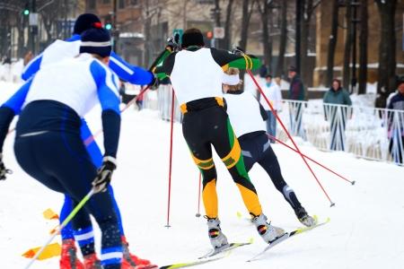 북유럽 스키어가 도심 길 한 구석에서 경주하다.