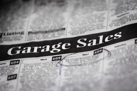 un peri�dico con una venta de garaje partida (profundidad de campo)
