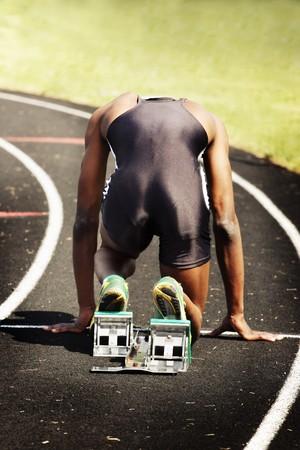 runner is in de startblokken's voor het starten van een race Stockfoto