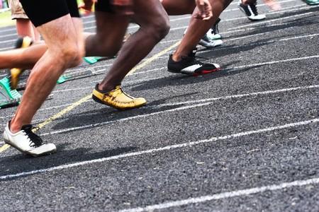 fast lane: cerca de una pista con corredores de comenzar una carrera Foto de archivo