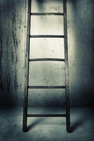 d�livrance: une vieille �chelle en bois est appuy� contre un mur de b�ton