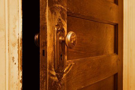 가까이 약간 열려있는 빈티지 문 닫습니다. 스톡 콘텐츠