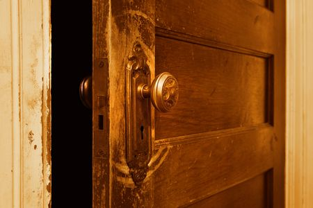 puertas antiguas: uno cerca de una puerta de �poca que est� ligeramente abierta Foto de archivo