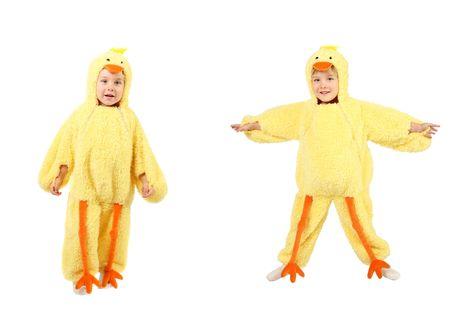 ein kleiner Junge ist gekleidet in ein Huhn Kostüm in zwei Posen