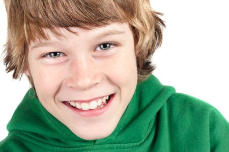 un muchacho joven aislado en blanco est� sonriendo a la c�mara