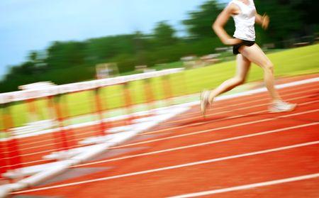 ein Motion Blur von einem Läufer, die gerade gelöscht, eine Hürde Standard-Bild