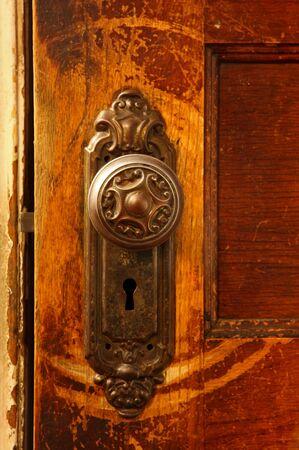 eine enge Einführung eines Jahrgangs Tür-Regler auf einem hölzernen Tür