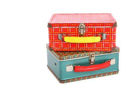 dos lunchboxes una cosecha de metal es de color rojo del plaid el otro es azul y el rojo del plaid.