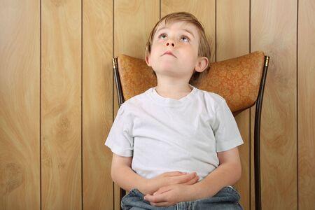 out think: un joven se sienta en una silla a la espera de que se haga algo