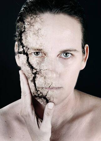 그녀의 얼굴을 깨뜨린 여자