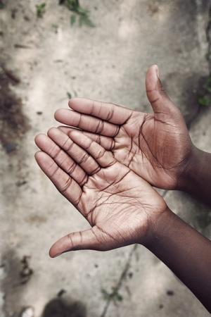 Ausgestreckte leere Hände über einem grundge Beton backgound Standard-Bild
