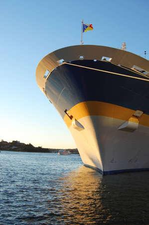 docked: El cuadro de un trazador de l�neas de la traves�a del pasajero atrac� en el puerto.
