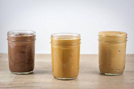 缶詰の jar ファイルで自家製ナッツバター。