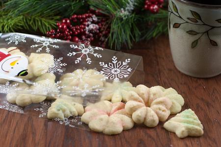 Kerstkoekjes morsen uit een zak op een houten tafel.