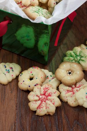 Kerstkoekjes in een decrative box, zittend op een tafel. Stockfoto