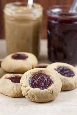 empreinte du pouce: Framboise beurre d'arachide et de gel�e thumbprint cookies. Banque d'images