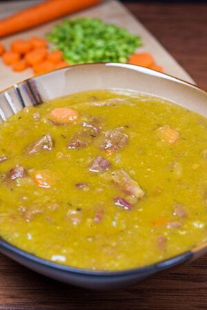 당근, 양파와 햄 플러스 backgound에 재료와 신선한 분할 완두콩 수프의 사 발. 스톡 콘텐츠