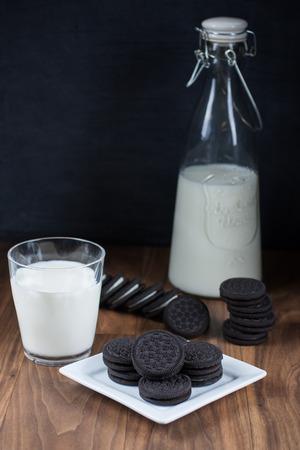 바닐라 크림 작성 및 우유와 초콜릿 샌드위치 쿠키.