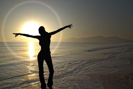 edificación: Una joven mujer exults el inicio de la puesta de sol vivo en franc�s Costa Azul ... Foto de archivo