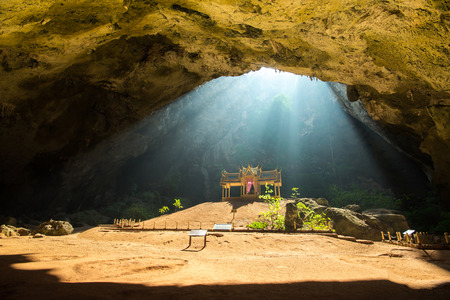 Sunbeam mattina sul padiglione buddista dorato in grotta selvaggia, Sam Roi Yot, Thailandia