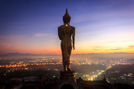日の出、カオ ・ ノイ寺、ナン県、タイの黄金仏像