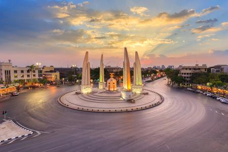 Momento de Monumento de la democracia en la oscuridad (Bangkok, Tailandia) Foto de archivo - 57252602