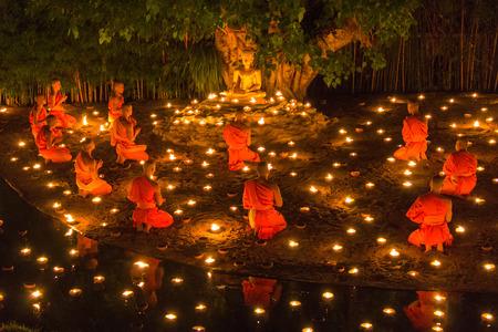 치앙마이 메이, 태국 -7 월 11 일 : 정체 불명 된 태국 승려 부처님 동상 주위 2014 년 7 월 11 일 치앙마이, 태국에서 7 월 11, 아 틸리 야 Puja 주에서 판타지  에디토리얼