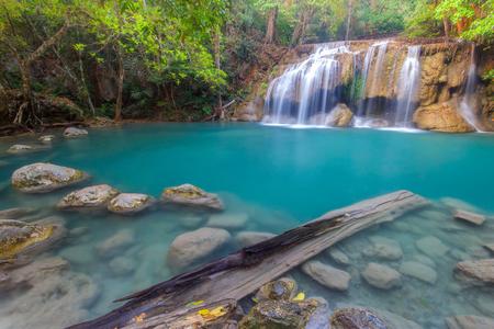 깊은 열 대 우림에서 Erawan 캐스케이드 폭포의 흐르는 청록색 물 방울 풍경. 태국 국립 공원 칸차나 부리