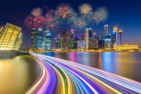 싱가포르 금융 지구 및 비즈니스 싱가포르 국립 하루 불꽃 놀이 축 하의 속도 빛으로 건물의 풍경.