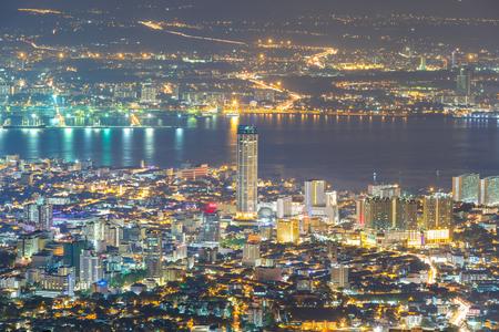Top Blick auf Georgetown, der Hauptstadt der Insel Penang, Malaysia von oben auf Penang Hill. Standard-Bild - 58168486