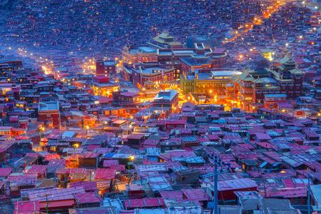 쓰촨, 중국의 Larung gar (불교 아카데미)에서의 톱뷰 야경 에디토리얼